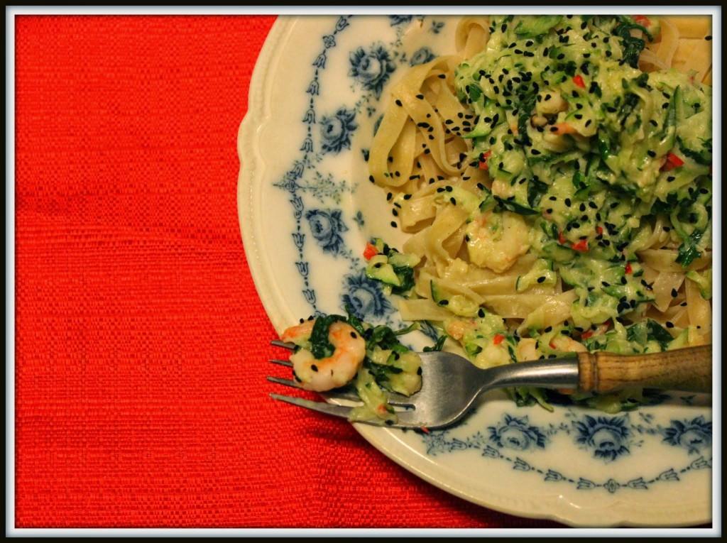 Fuldkornsfettucine med cremet zucchini og rejer.