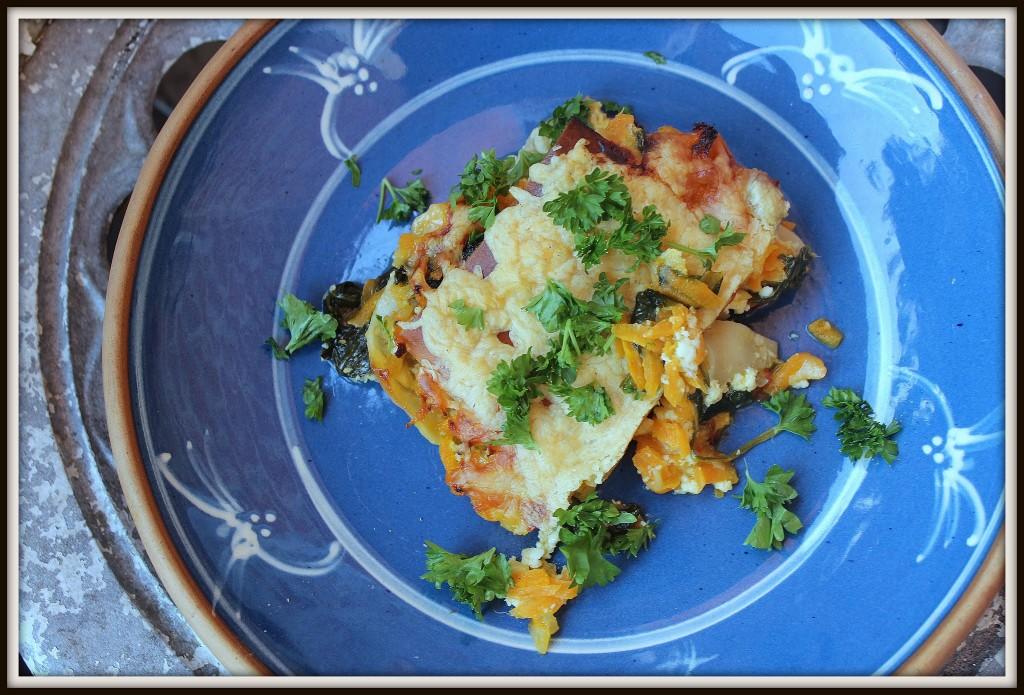 Hytteost og revet ost udgør sammen med pastaplader, spinat og gulerødder grundstenene i denne lasagne.