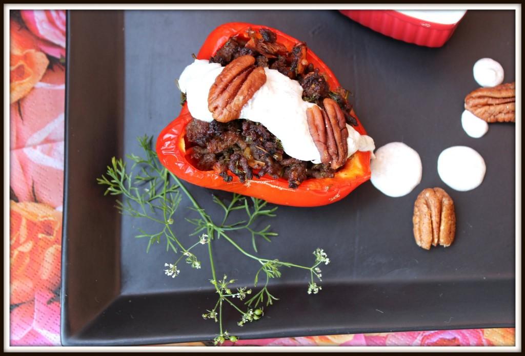 Fyldte mexikanske peberfrugter med kold pecansauce.
