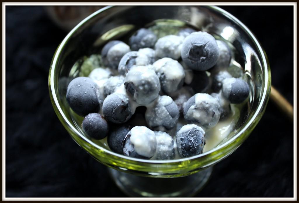 Frosne blåbær med middelaldercreme.