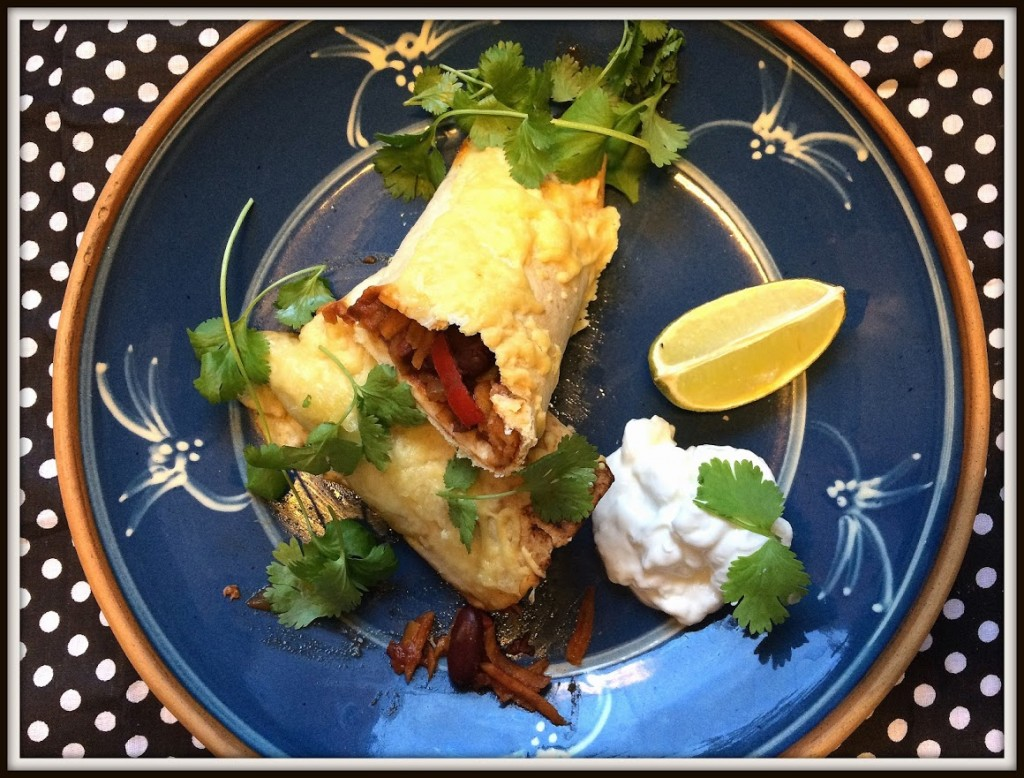 I originalopskriften serveres enchilada'erne med en grøn salat. Jeg serverer dem med frisk koriander, græsk yoghurt og limebåde.