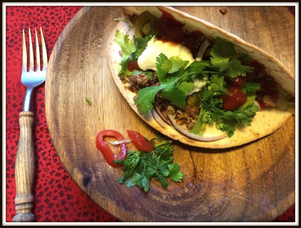 Taco med hakket oksekød - godt krydret. Men det bestemmer man jo selv.