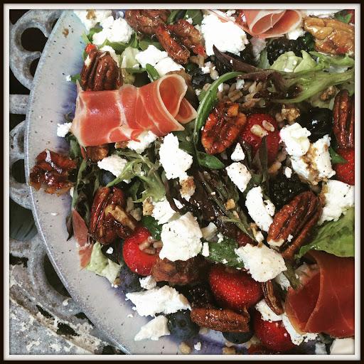 Nemt og superlækkert - en salat, der fungerer som et hovedmåltid og mætter på den gode måde :-)