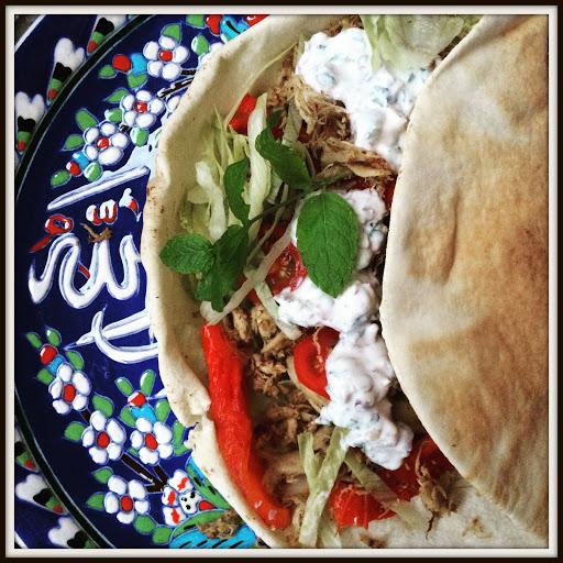 Dejlig krydret kylling i arabiske fladbrød med mynte-valnøddedressing.