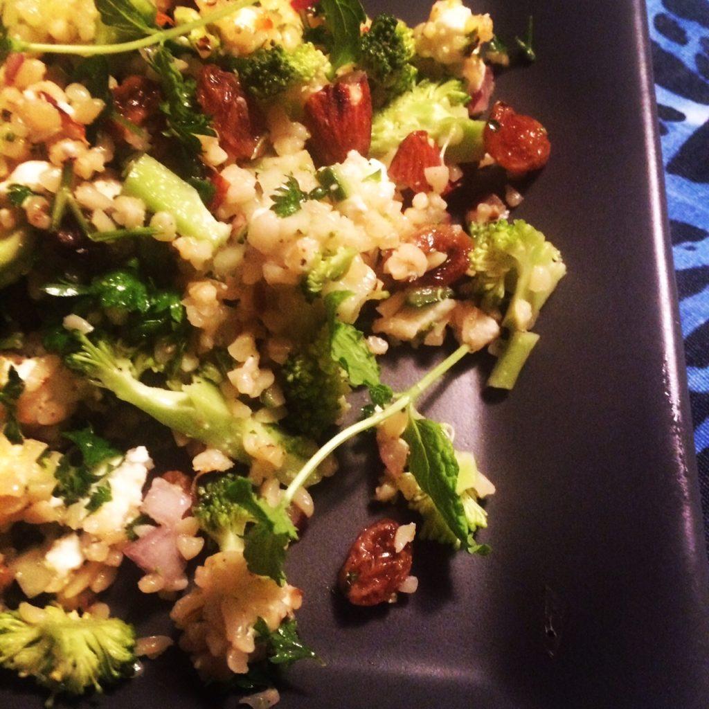Bulgursalat - her med opskriftens forslag om broccoli. Men den kan laves med mange andre grøntsager.