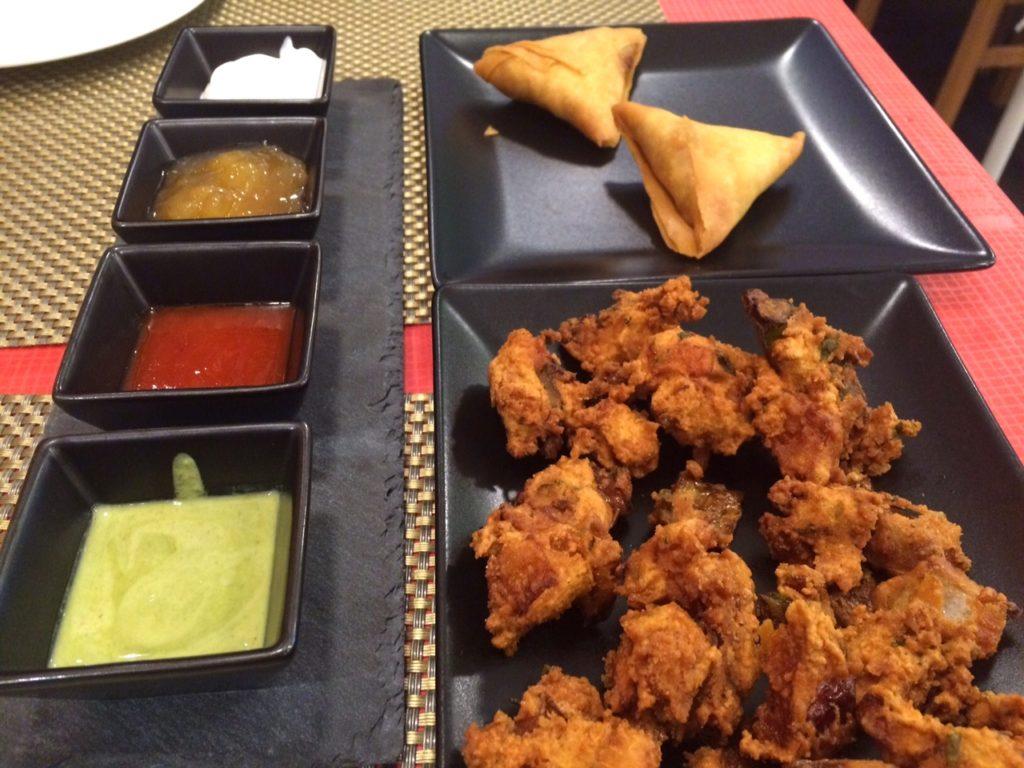 Samosaer (længst væk) og pakora med diverse dip - på restaurant Saffran i Holstebro.