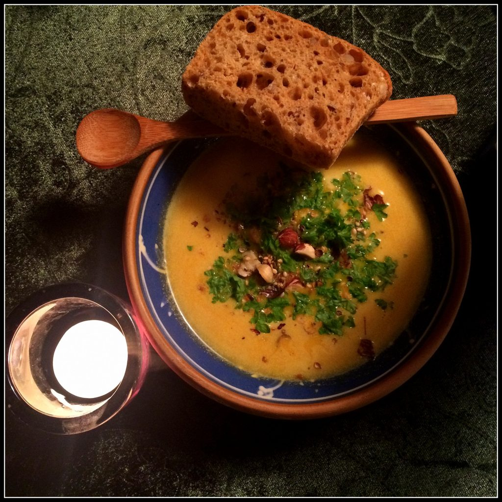 Suppe er dejlig mad. Græskarsuppen her er blid, blød og efterårs-agtig.