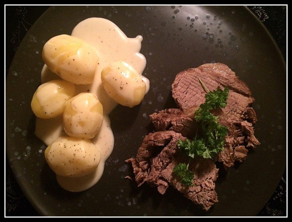 Oksekød, der er så mørt, at det falder fra hinanden, faste kartofler og sursød sovs...det er da vinter-lykke.