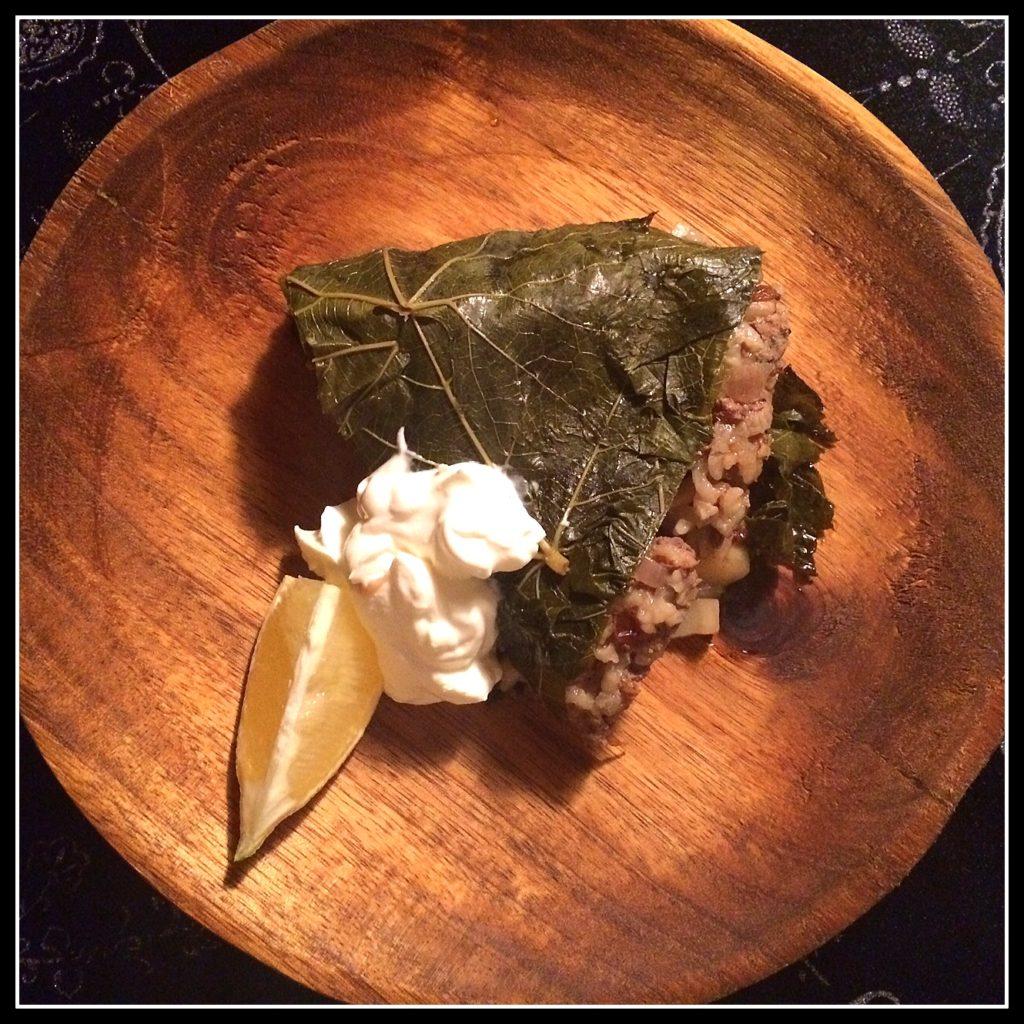 Et stykke oksekødstærte i vinblade - og ja, man spiser også vinbladene.