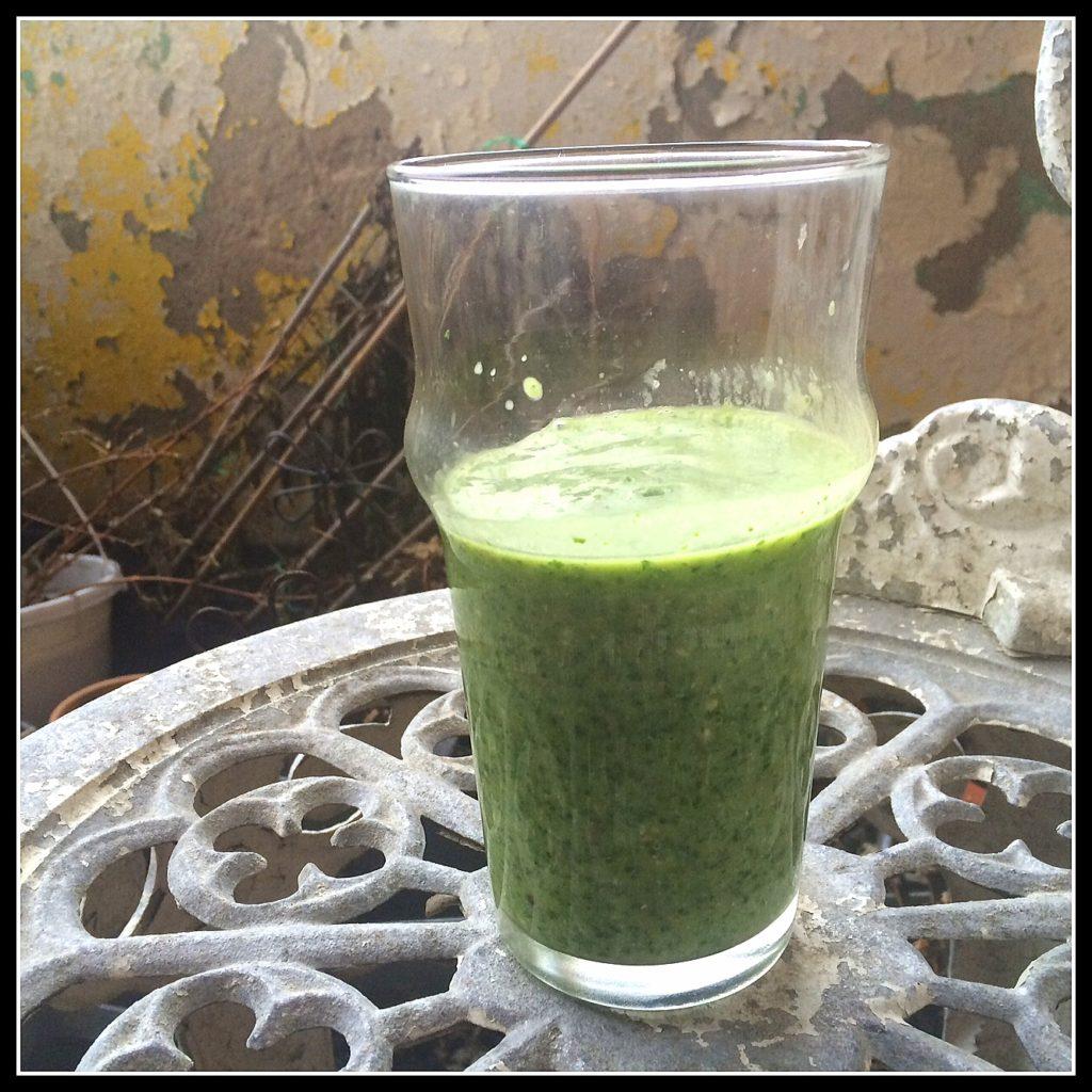 Et stort glas vitaminer - masser af grønkål og avocado.