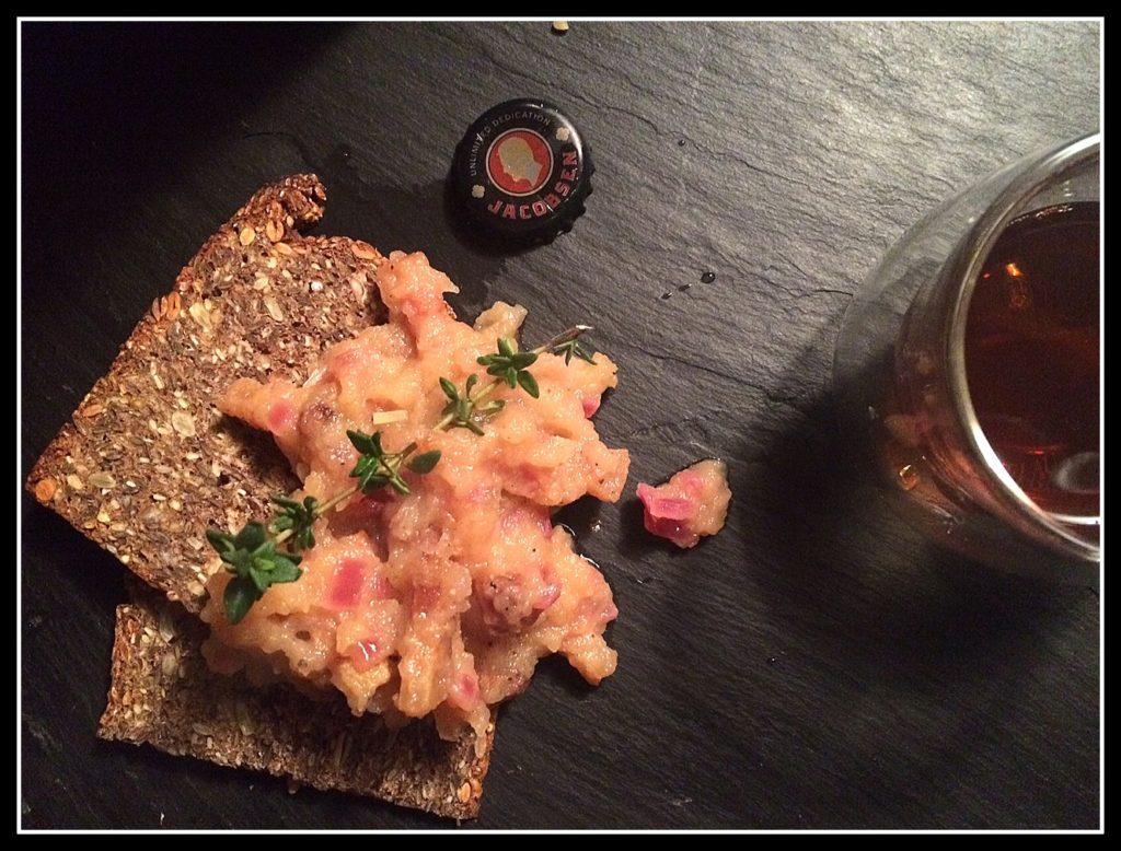 Æbleflæsk - fedt, æbler, nbacon og timian - på ristet rugbrød. Og med et glas øl til. Det er dansk og SÅ godt.